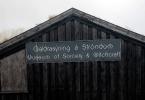 Fachada do museu visitado por Rowling. É feito de madeira preta e tem o nome do museu escrito com letras góticas numa placa cinza.