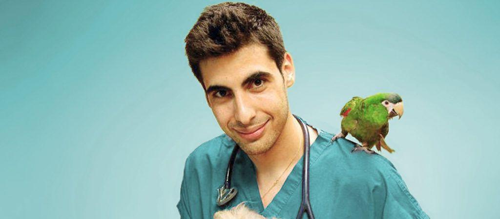 El veterinario Javi con un loro en el hombro