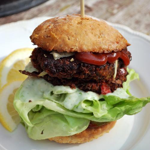 Itse leivotun burgerisämpylän välissä on ketsuppia, papupihvi, persiljamajoneesia ja salaattia.