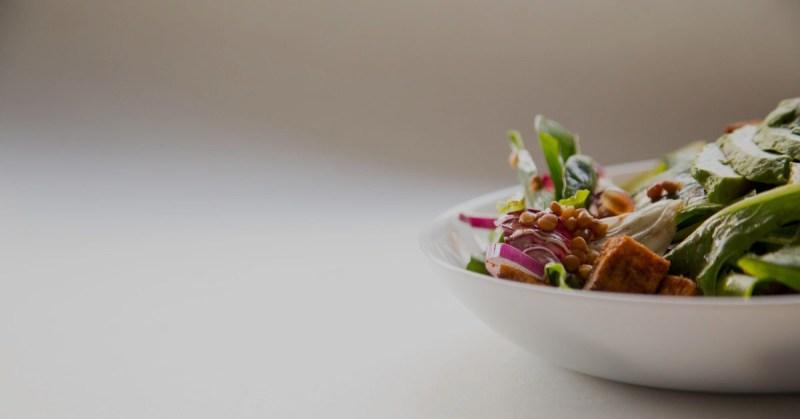 Herkullinen tofuannos lautasella.