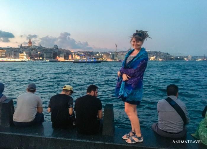 Девушка на фоне Стамбула и Босфора