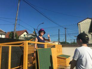 Chapeau, lunettes de soleil et protection solaire... plus importants dans ce chantier que les gants et les marteaux !