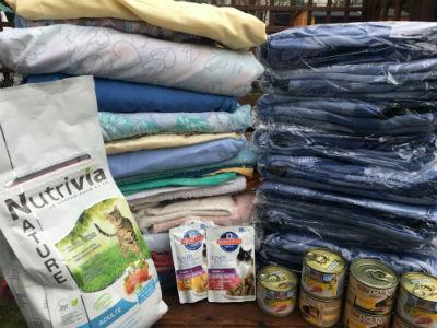 Estelle est venue nous voir avec les bras pleins de précieuses affaires, comme des draps, couvertures et serviettes. Merci Estelle !