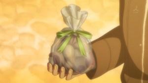 由比ヶ浜のプレゼントを手にして言う八幡の図