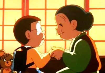 のび太はランドセルを背負って再びおばあちゃんと対面し、正体を明かして小学生になった姿を見せます。おばあちゃんは疑うことなく未来ののび太を受け入れ、成長を喜び