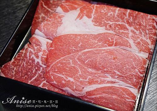 天銅火鍋達人涮涮鍋,開幕期間打卡肉品加送50%(每人足足9oz),再送可樂等碳酸飲料!