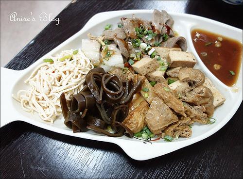 大安站美食.劉漣麵,塔香肉辣醬麵+皮蛋很特別,必點!