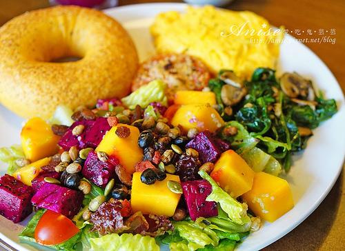 芝山站美食.Marcus老倉庫,不一樣的早午餐,鮮果藜麥沙拉超好吃! @愛吃鬼芸芸