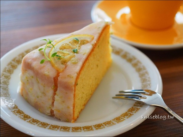 在三樓,陽光灑落一地的美麗咖啡館,老奶奶檸檬蛋糕超好吃!(不限時)