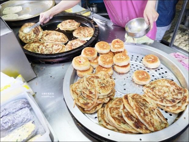 早安蔥油餅,菜市場在地人推薦排隊老店,永和永安市場站美食(姊姊食記)