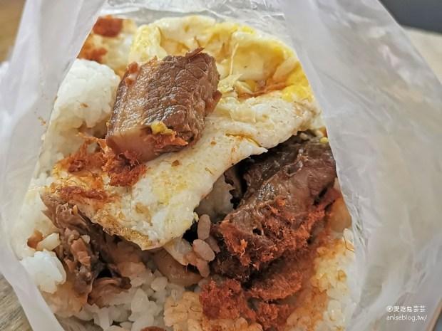 城隍早餐,最著名的是超大控肉飯糰!(外掛正常鮮肉小籠包、龍來果汁、阿娘給的蒜味肉羹) @愛吃鬼芸芸
