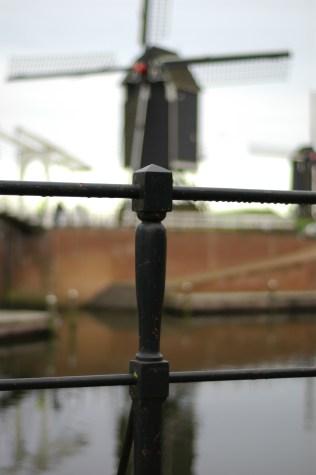 foto pertama dengan fokus di depan (on the pole). saya lupa bukaan lensa nya (aperture) ukuran berapa tapi :p