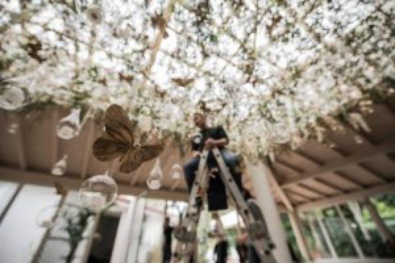 allestimento con farfalle oro e fiori bianchi