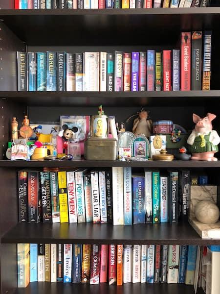 woman cave-boekenkast