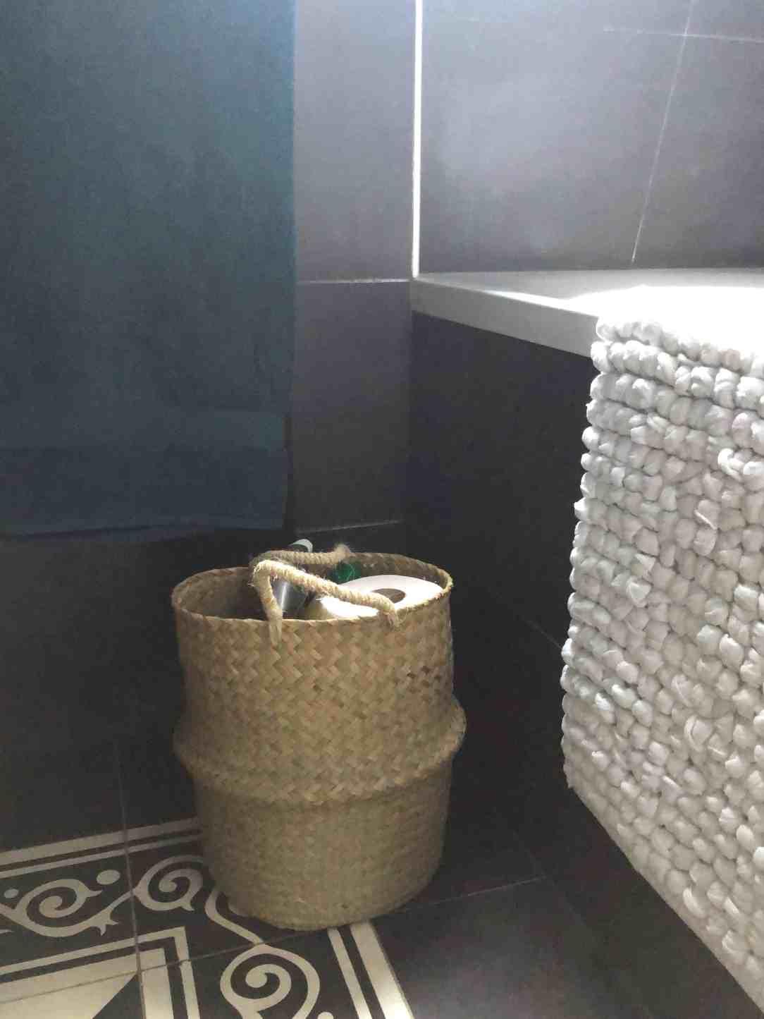 opgeruimd huis-mand in badkamer