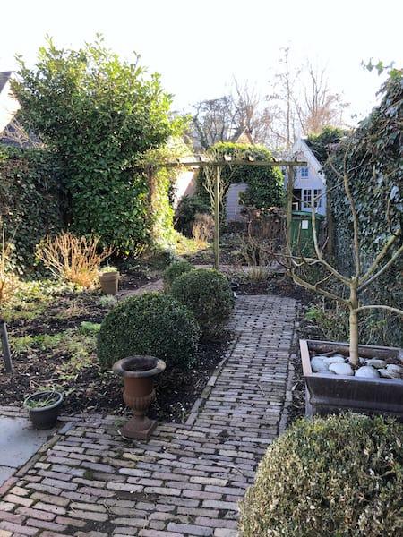 Nog geen rijkbloeiende tuin