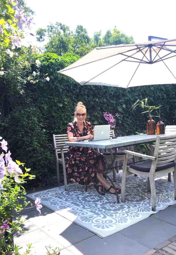 Genieten van mijn tuin-my office for today