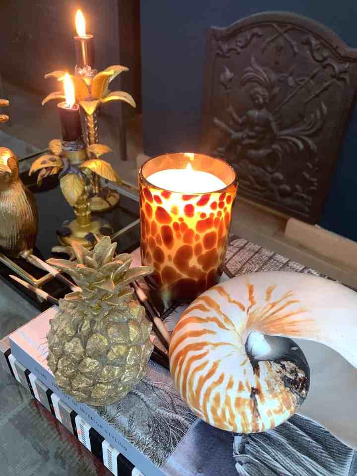 terug van vakantie- kaarsen in huis