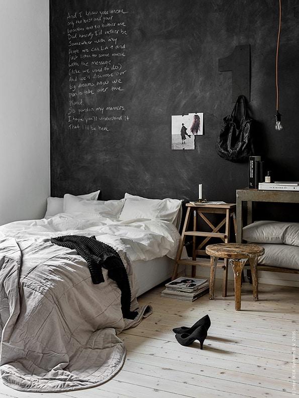 ikea  bed en zwarte muur