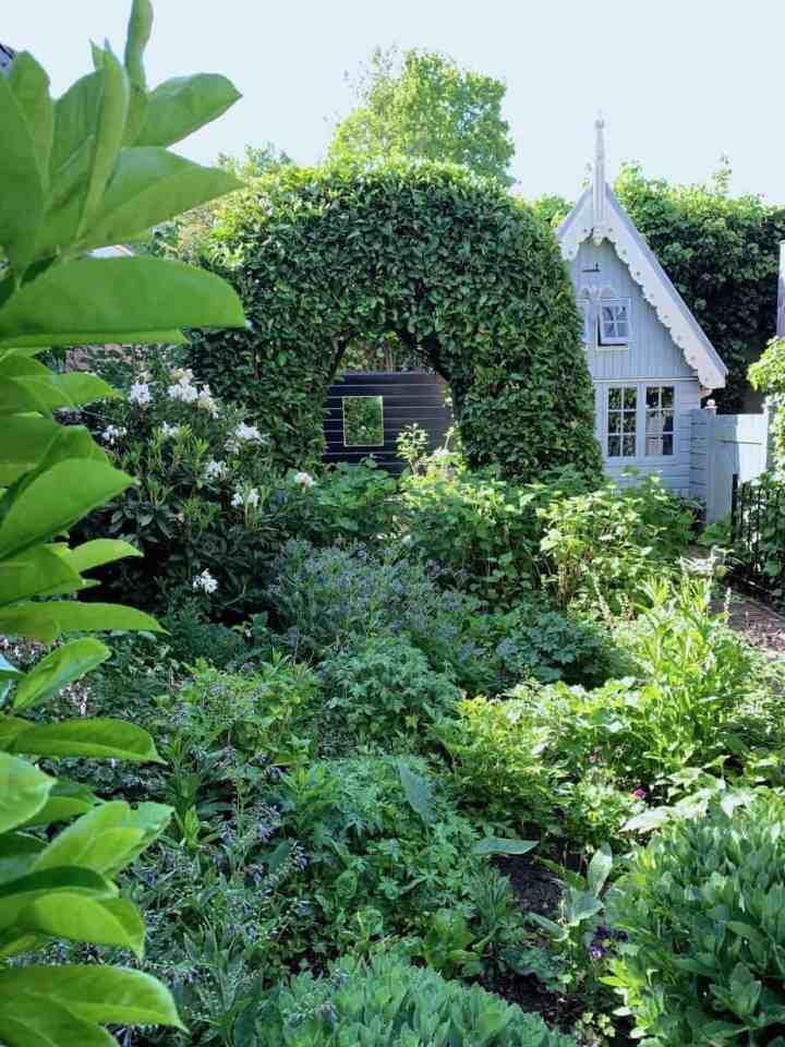 Groene boog in tuin