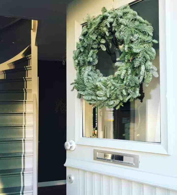 Kerstkrans op voordeur