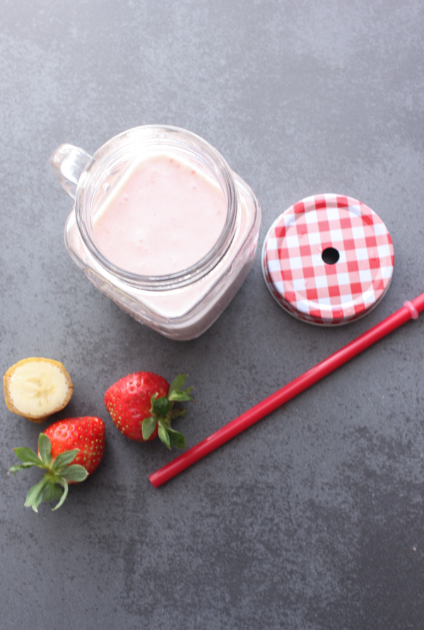 White Chocolate Strawberry Banana Smoothie, an easy strawberry smoothie recipe, a perfect snack, kids will love it. Simple, fast and healthy.