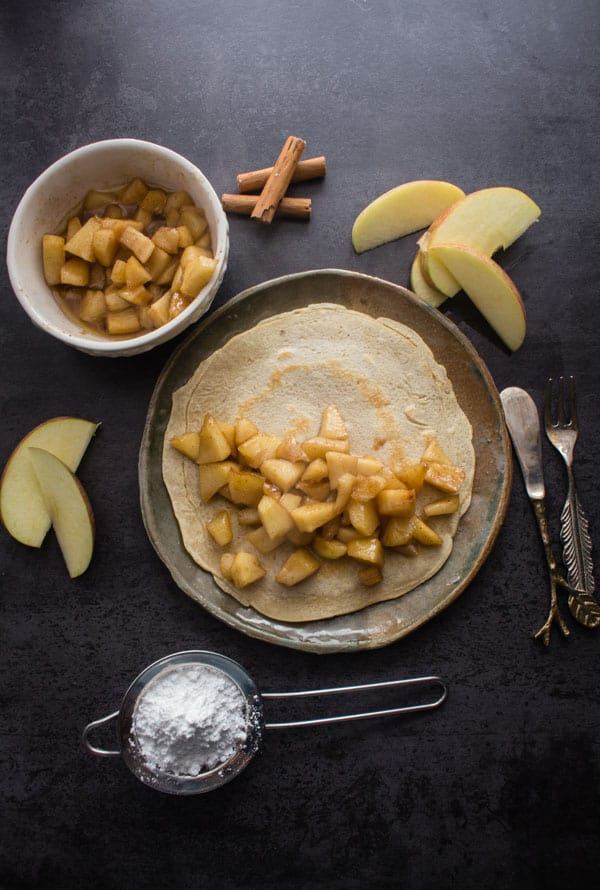 Homemade Apple Pie Cinnamon Crepes, the perfect recipe to end the winter season. A simple cinnamon crepe with a delicious Apple Pie filling.