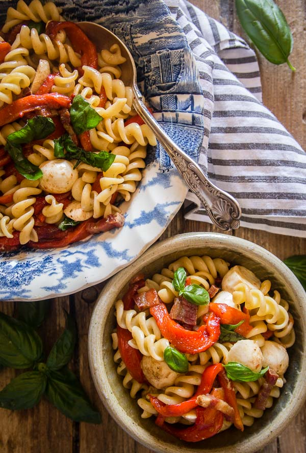 Roasted Pepper Pasta Salad, the perfect Italian cold Salad, filled with roasted peppers, mozzarella, bacon and a yummy Balsamic dressing.