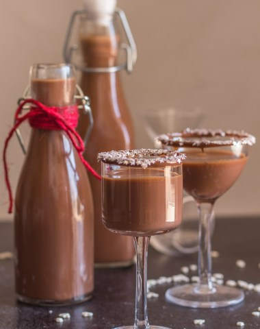 Homemade Creamy Nutella Liqueur an easy delicious hazelnut cream liqueur. Cold or on the rocks is the perfect holiday drink or dessert.