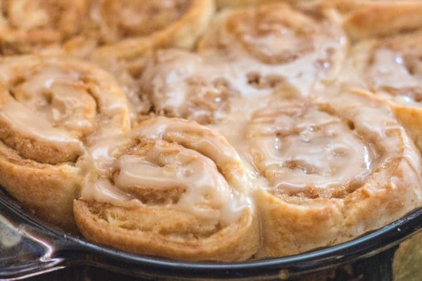 cinnamon rolls in the pie plate
