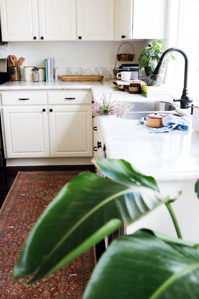 white modern rustic kitchen loloi loren rug