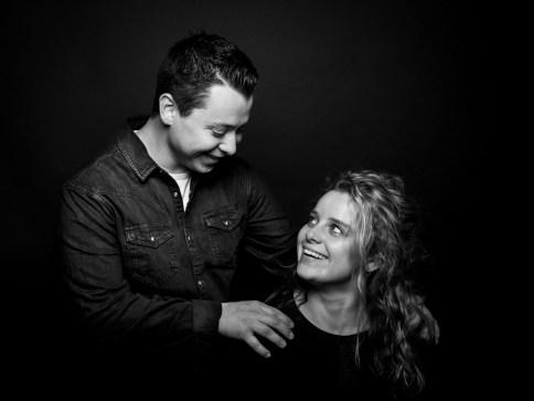 Studiofotografie met zwarte achtergrond. Broer en zus Boxtel