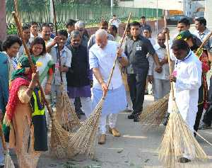 02 अक्टूबर, 2014 का दिने  नई दिल्ली में वाल्मीकि बस्ती से स्वच्छ भारत अभियान के शुरूआत करत प्रधानमंत्री नरेन्द्र मोदी.