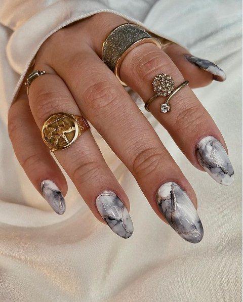4. Beautiful almond nails