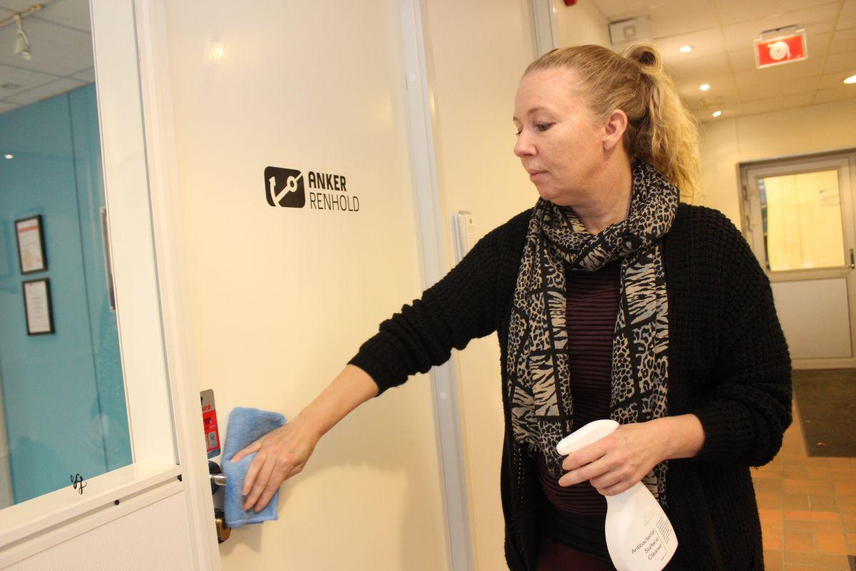 Marianne Fra Anker Renhold Demonstrerer Her Hvordan Smitteforebyggende Renhold Utføres