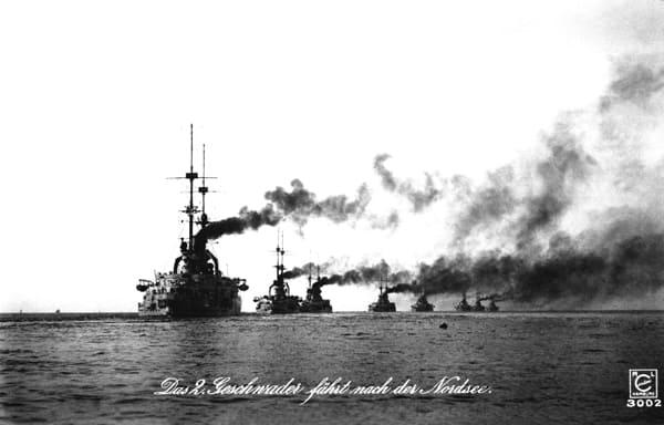 Deutsche Schlachtschiffe in der Nordsee kurz vor Beginn des Ersten Weltkriegs.