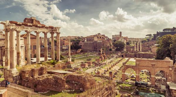 Überblick über das Forum Romanorum, dass seit der Antike nur noch als Ruinen erhalten ist.
