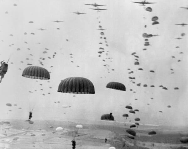 Foto des Absprungs von Fallschirmjärgern während der Operation Market Garden