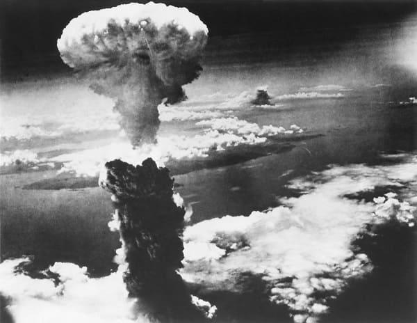 Foto der Explosion der Atombombe über Nagasaki