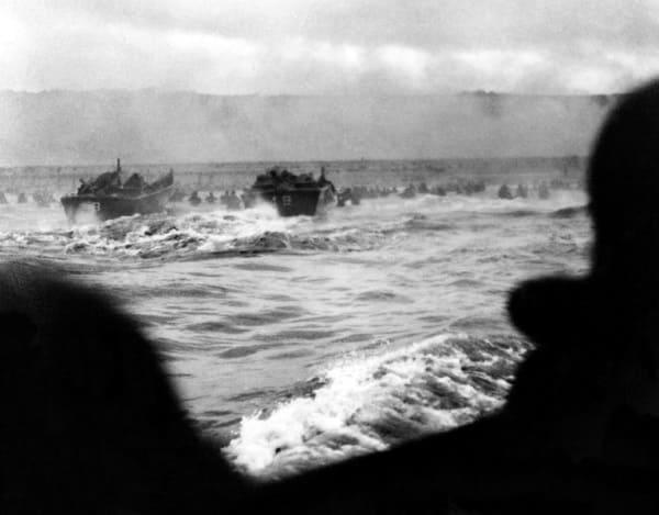 Blick aus einem Landungsboot der Operation Overlord auf den Omaha Abschnitt der Normandie
