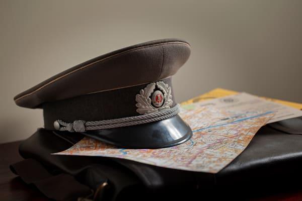 Foto der Mütze eines Stasi-Offiziers