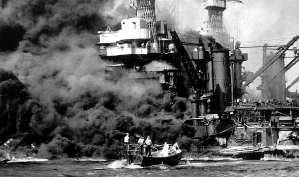 Foto von zerstörtem Schiff in Pearl Harbor