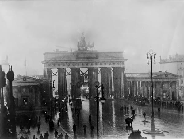 Schwarz-Weiß-Foto des Brandenburger Tors im Jahr 1932