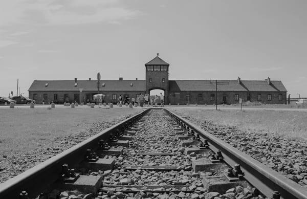 Foto des Eingangs zum Konzentrationslager Auschwitz