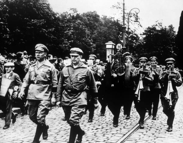 Foto von marschierenden Nationalsozialisten in den 190er Jahren