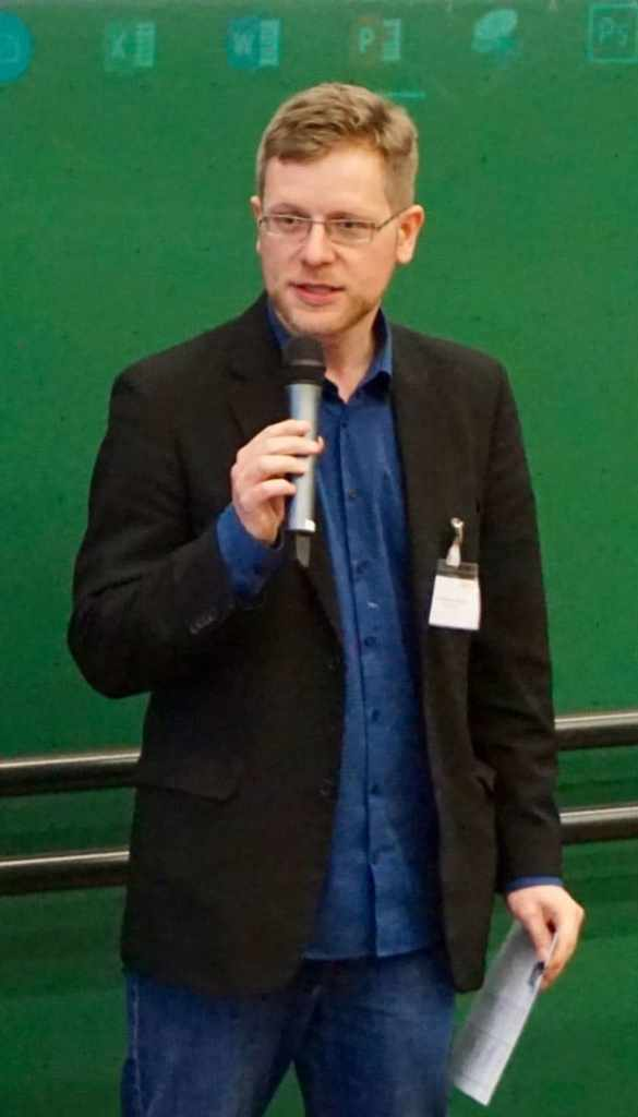 Bild von Bastian Vergnon bei einem Vortrag an der OTH Amberg-Weiden