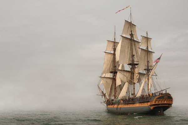 Altes Segelschiff, das auf den Nebel zusegelt