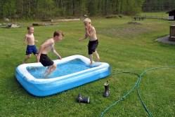 Ludvig, Casper och kusin Lukas testar vattentemperaturen...