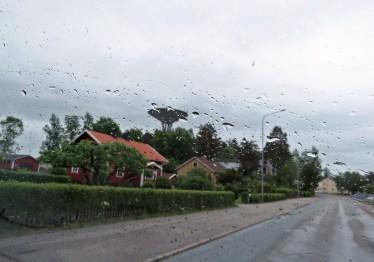 Efter många mil genom skogarna stannar vi till i ett regnigt Laxå där vi passar på att handla lite.