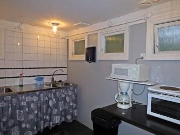 Nyrenoverat kök med med elplattor, ugn, mikro och kaffebryggare.